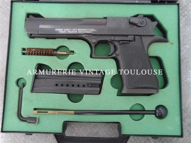 """Pistolet calibre 357 Magnum""""DESEART EAGLE"""" noir mat en valise."""