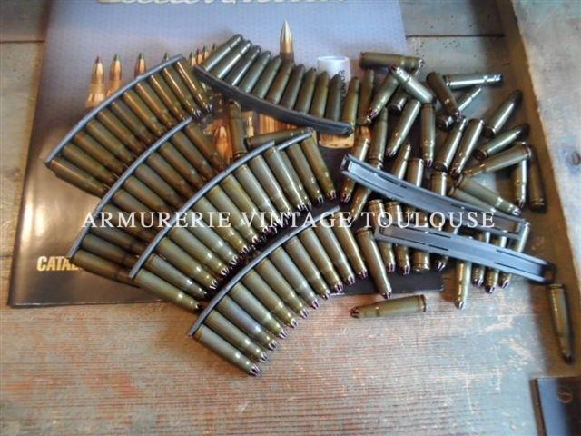 Cartouches feuillettes calibre 7,62 X 39 à blanc étui en acier laqué vert joint d'étanchéité rouge.