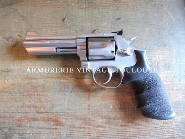 Revolver Taurus calibre 357 Magnum en canon de 4 pouces plaquettes de poignée en caoutchouc.