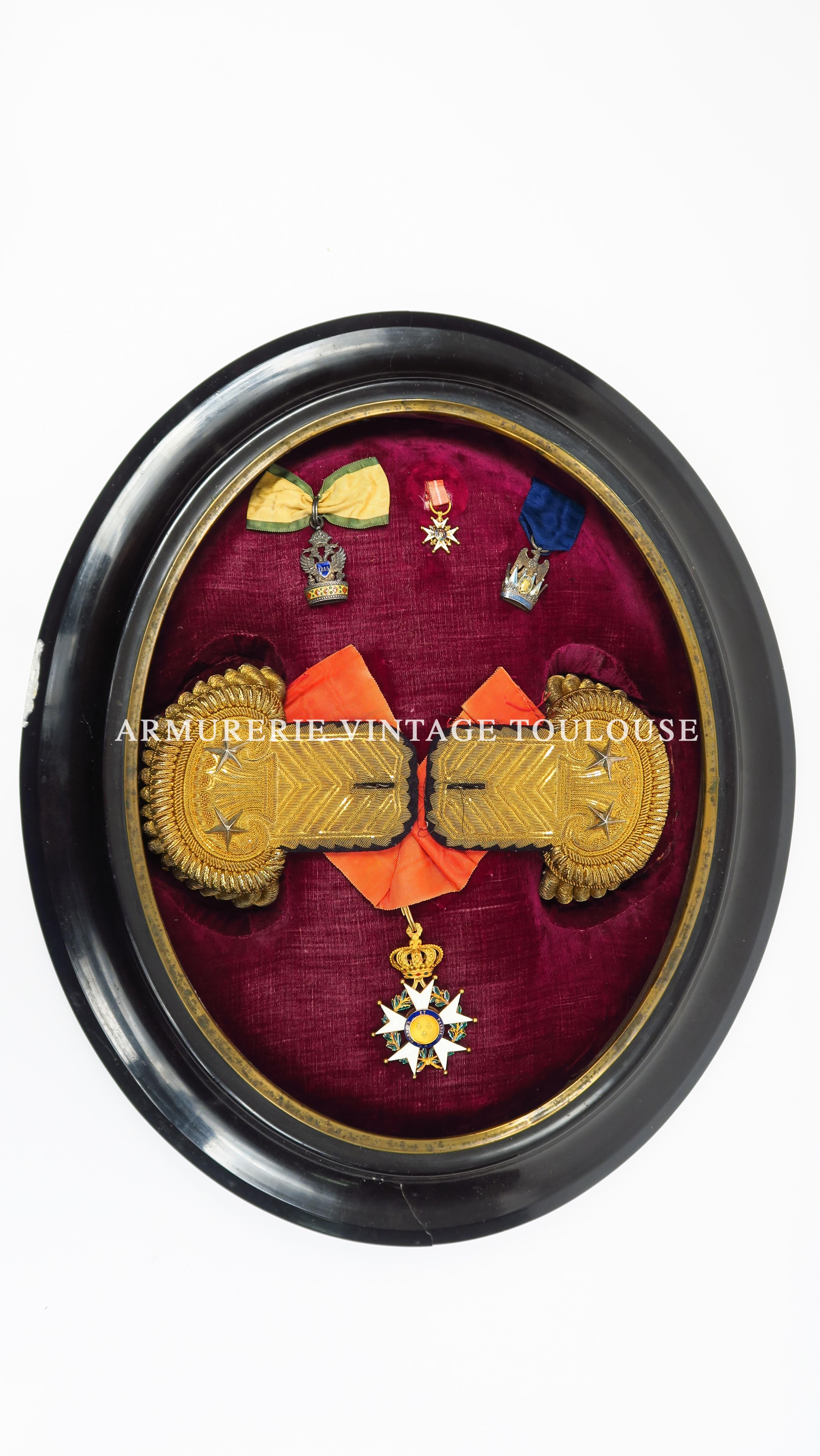 Ensemble de décorations et épaulettes relatifs à la carrière militaire du  Général Justin  Lafitte.