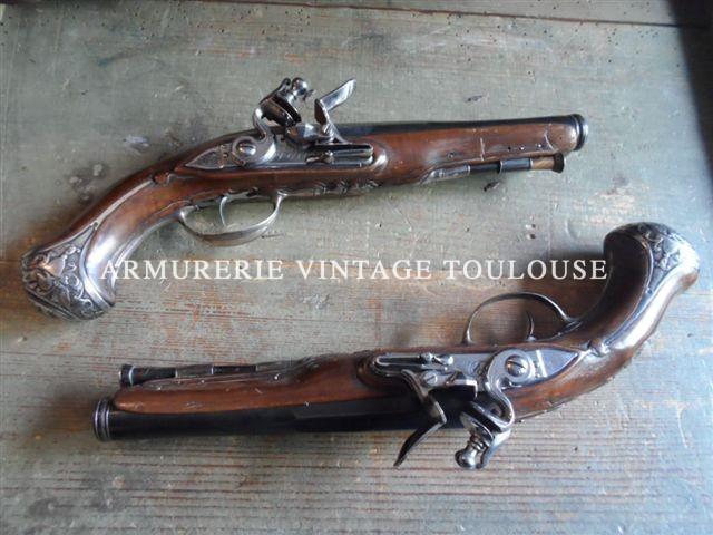 Belle paire de pistolet de demi arçon à silex mi XVIIIème fabriqués par DumXXX Armurier à Paris