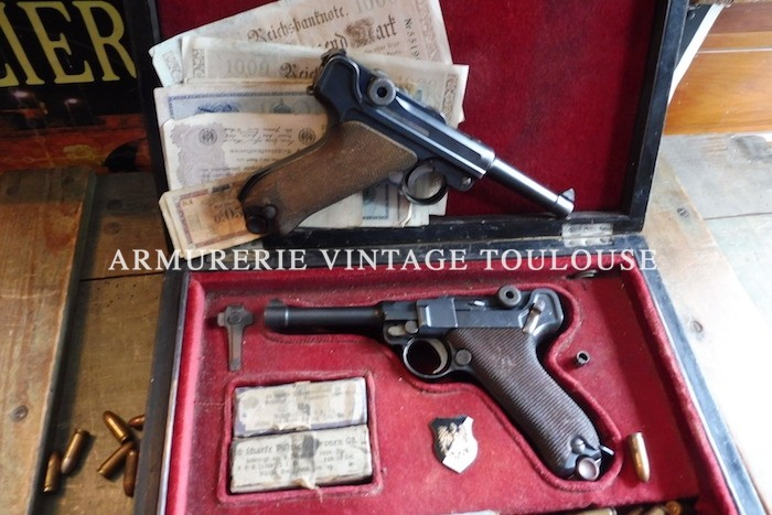 Joli pistolet Parabellum fabrication DWM 1916 calibre 9 X 19 avec son étui cuir lui aussi daté 1916 en cuir fauve.