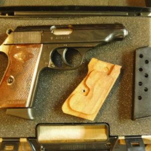 Pistolet Walther Manurhin PP calibre 7,65 avec deux chargeurs et une paire de plaquettes bois supplémentaires