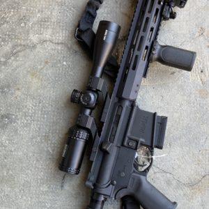 AR 15 MOSSBERG223 d'occasion avec sa lunette spécifique Bushnell AR et plein d'accessoires
